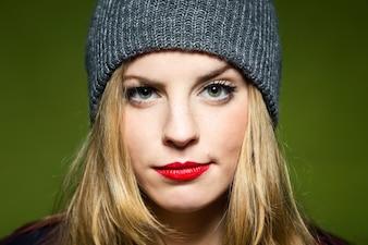 Femme avec des lèvres rouges et un bouchon
