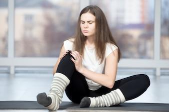 Femme avec douleur au genou