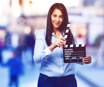 Femme avec un bardeau de film
