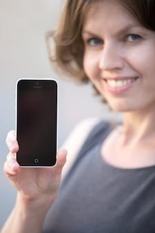 Femme avec un téléphone dans les mains