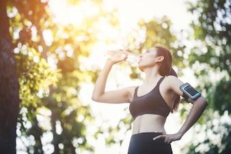 Femme belle séance d'entraînement de la nature de jogging