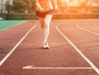 Femme courir sur une piste