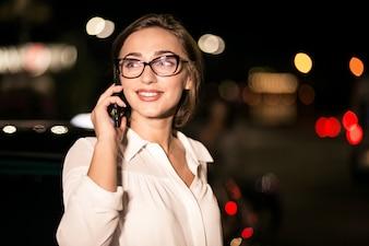 Femme d'affaires avec le téléphone