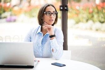 Femme d'affaires avec un ordinateur portable