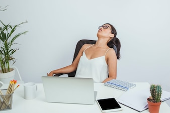 Femme d'affaires épuisée sur sa chaise