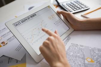 Femme d'affaires examinant les statistiques sur le pavé tactile