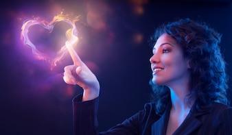 Femme dessinant un coeur avec sa main