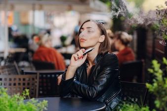 Femme détendue fumer dans un restaurant