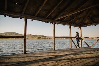 Femme détendue regardant le lac