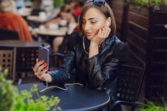 Femme écoutant de la musique et prendre une photo
