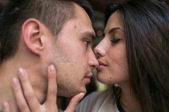 Femme embrassant l'homme dans le nez