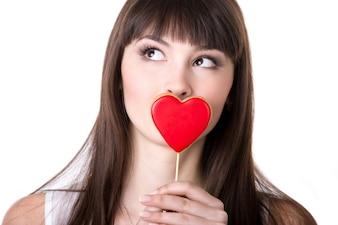 Femme embrassant un coeur