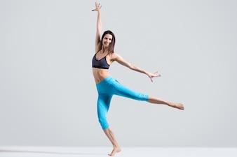 Femme en bonne santé montrant une performance