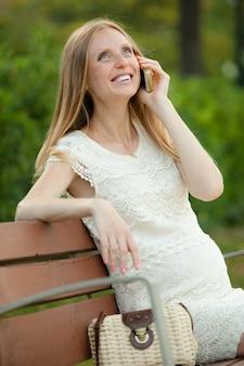 Femme enceinte parlant par téléphone