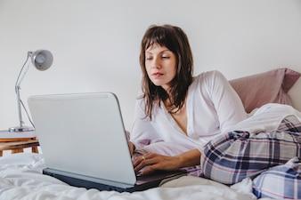 Femme, fonctionnement, ordinateur portable, lit
