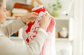 Femme habillant un mannequin mannequin tailleur