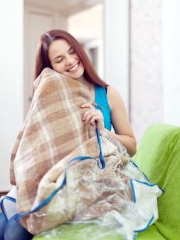 Femme heureuse avec un nouveau plaid