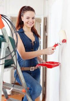 Femme heureuse dans le mur de peintures