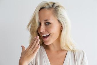Femme heureuse vérifiant la fraîcheur de sa respiration