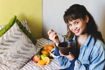 Femme joyeuse avec bol