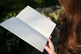 Femme, lecture, blanc, livre, jardin