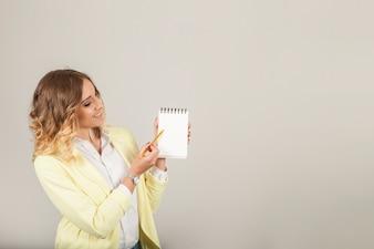 Femme montrant des notes