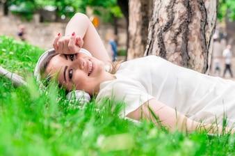 Femme paisible écoutant de la musique avec un casque extérieur