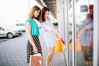Femme pointant sur les marchandises