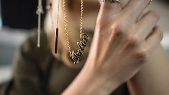 Femme présentant des bijoux sur ses mains