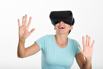 Femme regardant des lunettes VR et gesticulant avec ses mains.
