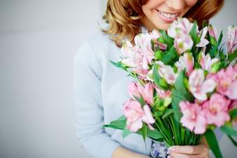Femme sentant un bouquet