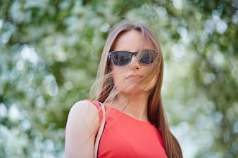 femme sérieuse avec des lunettes de soleil