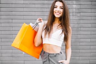 Femme souriante avec des sacs en papier