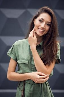 Femme souriante avec une main sur son visage