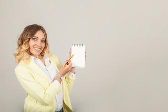 Femme souriante montrant des notes