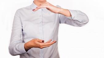 Femme tenant quelque chose dans les mains sur fond blanc