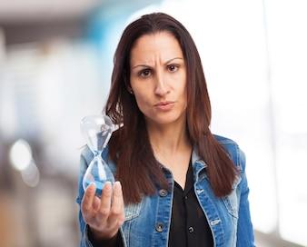 Femme tenant un sablier