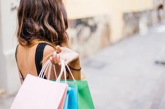 Femme, tenue, papier, sacs