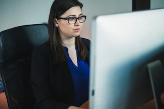 Femme travaillant à l'ordinateur au bureau