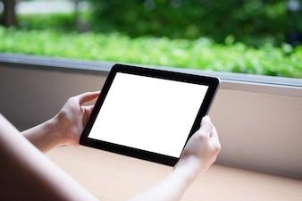 Femme utilisant la tablette