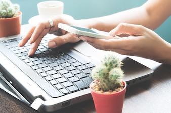 Femme utilisant un smartphone et un ordinateur portable, Startup SME concept
