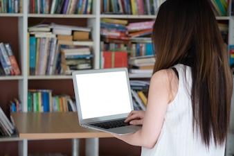 Femme, utilisation, ordinateur portable, bibliothèque