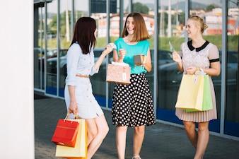 Femmes avec portefeuille et sacs en papier