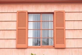 Fenêtre vintage avec mur orange