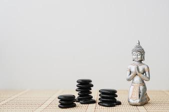 Figure de Bouddha avec des pierres noires