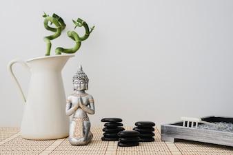 Figure de Bouddha avec des pierres volcaniques et du bambou