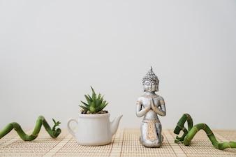 Figure de Bouddha et pot avec bambou décoratif