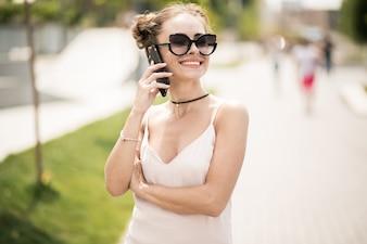 Fille avec le téléphone