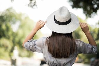 Fille coupe femme chapeau jeune jolie