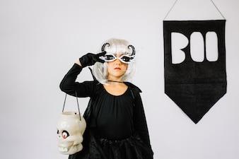 Fille dans le costume d'Halloween montrant signe de paix